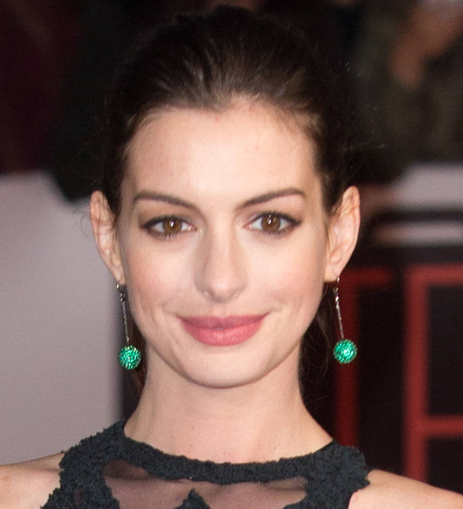 Anne Hathaway Honors Fellow People's Choice Awards