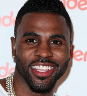 Jason Derulo and bodyguards escorted off plane