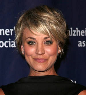 Kaley Cuoco-Sweeting video-chats with young cancer patient