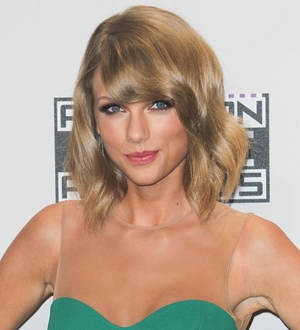 Taylor Swift relaxes concert photo contract after snapper uproar
