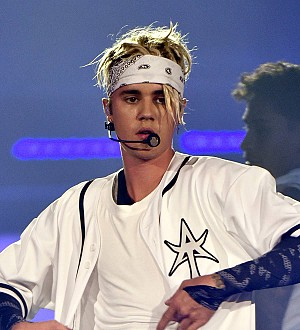 Justin Bieber calls out hat-throwing fan during concert
