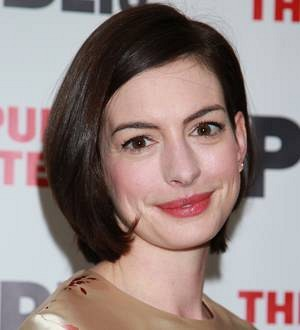 Anne Hathaway wins high-flying reviews for one-woman show