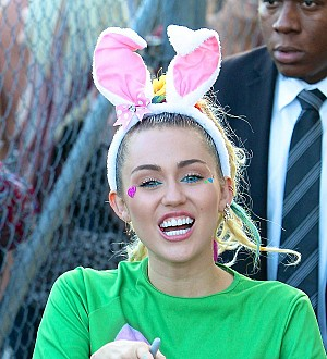 Miley Cyrus honors her father with 'DAD' tattoo