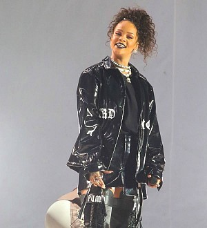 Rihanna & Drake kiss onstage at Miami gig