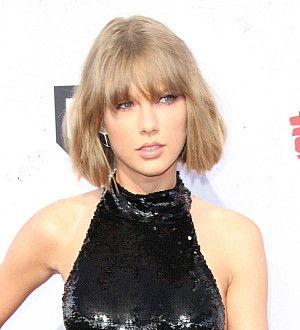 Taylor Swift thanks beau at iHeartRadio Music Awards