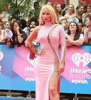 Iggy Azalea shows off bum in racy awards show outfit