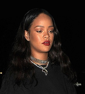 Rihanna orders pizza for drenched fans
