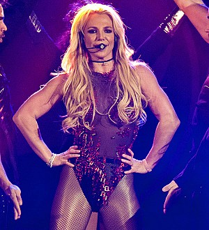 Britney Spears kisses boyfriend onstage in Taiwan