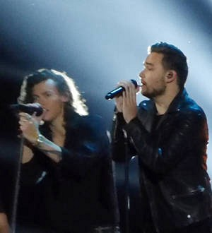 One Direction return to stage without Zayn Malik